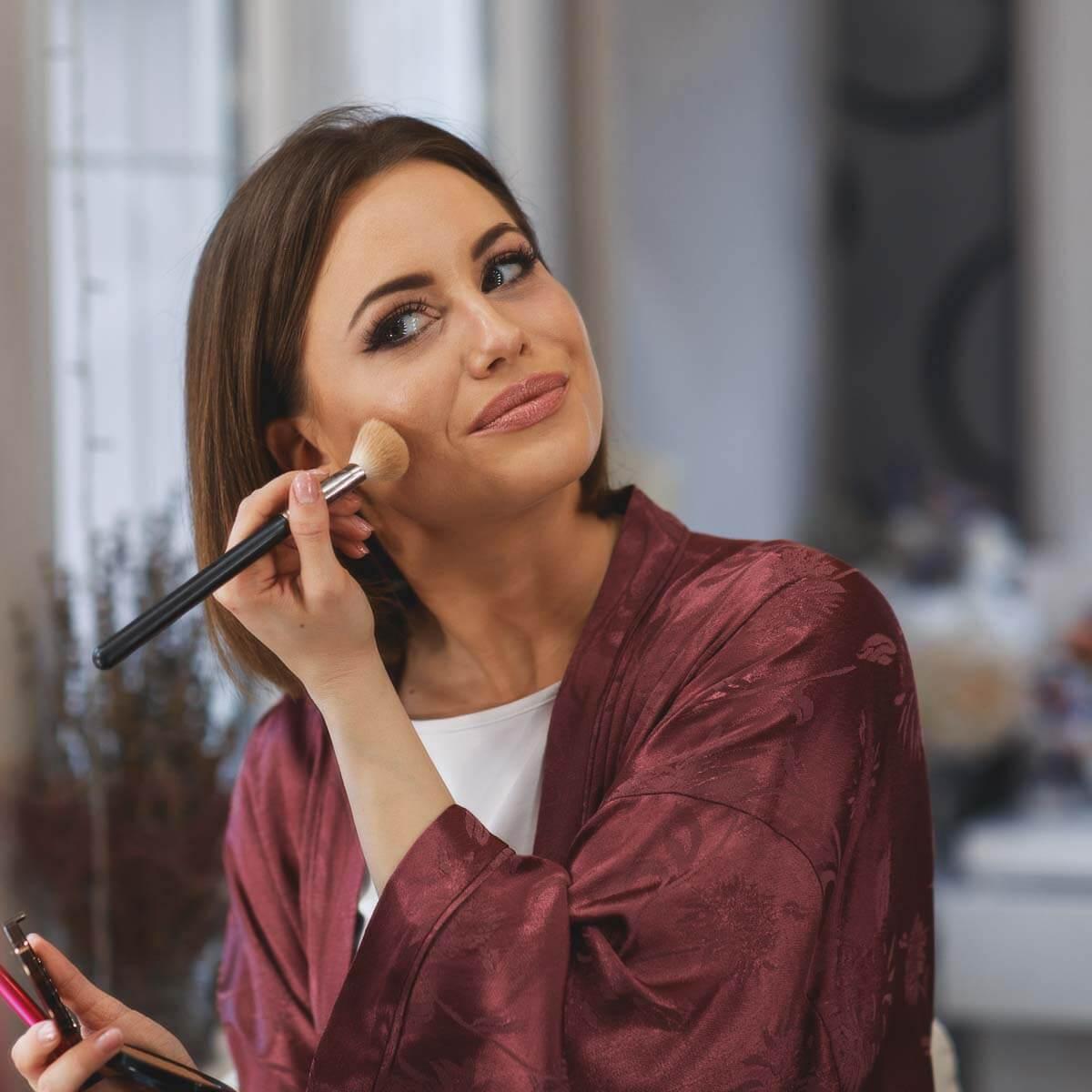Frau, die sich jünger schminken möchte