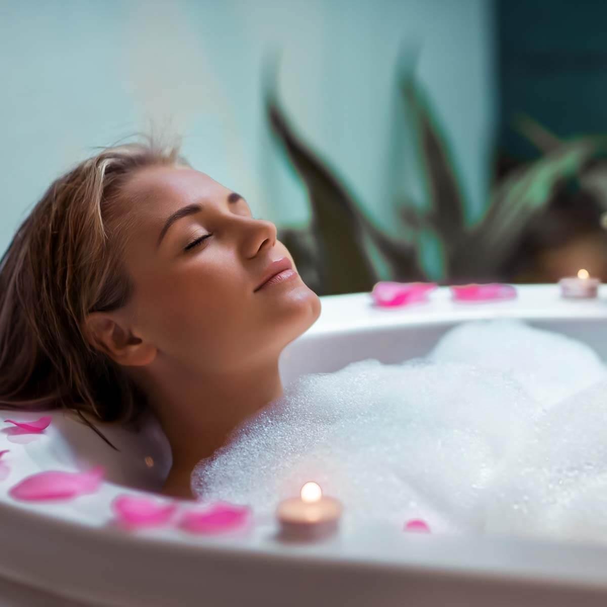 Frau badet und macht Wellness für Zuhause