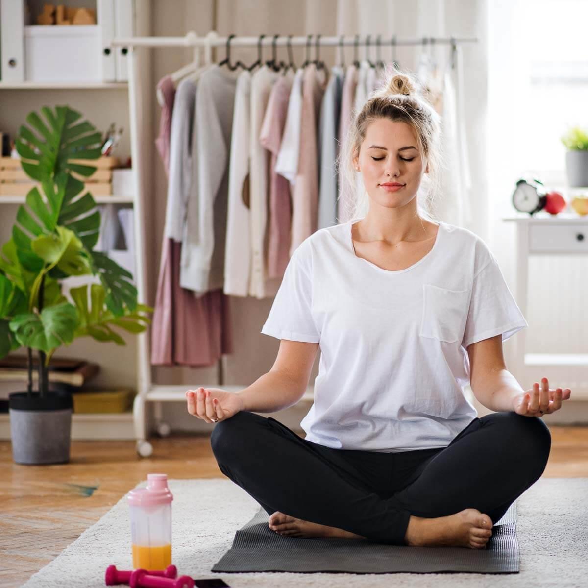 Frau macht eine Yoga Challenge