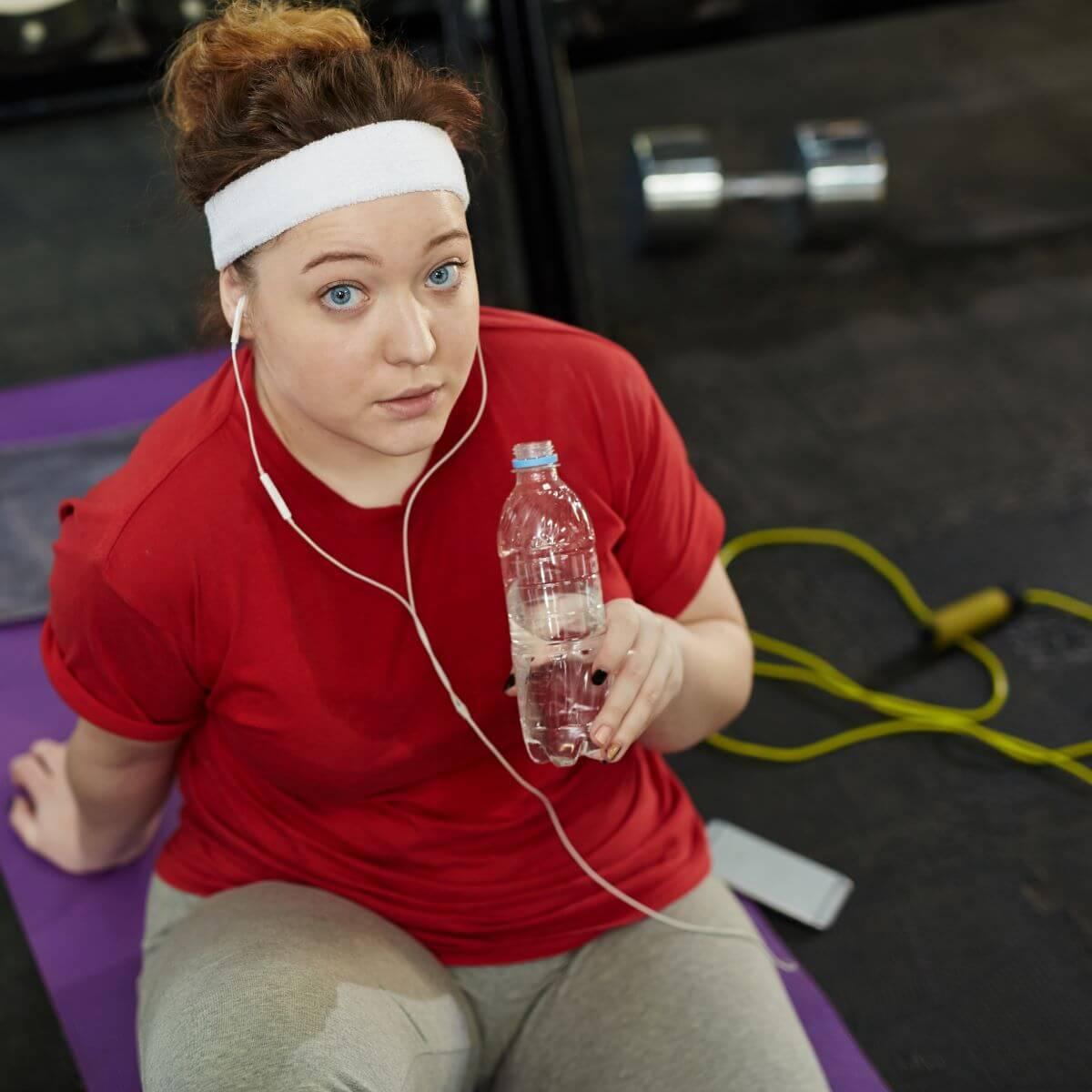 Frau macht ein Bauch-Beine-Po-Workout