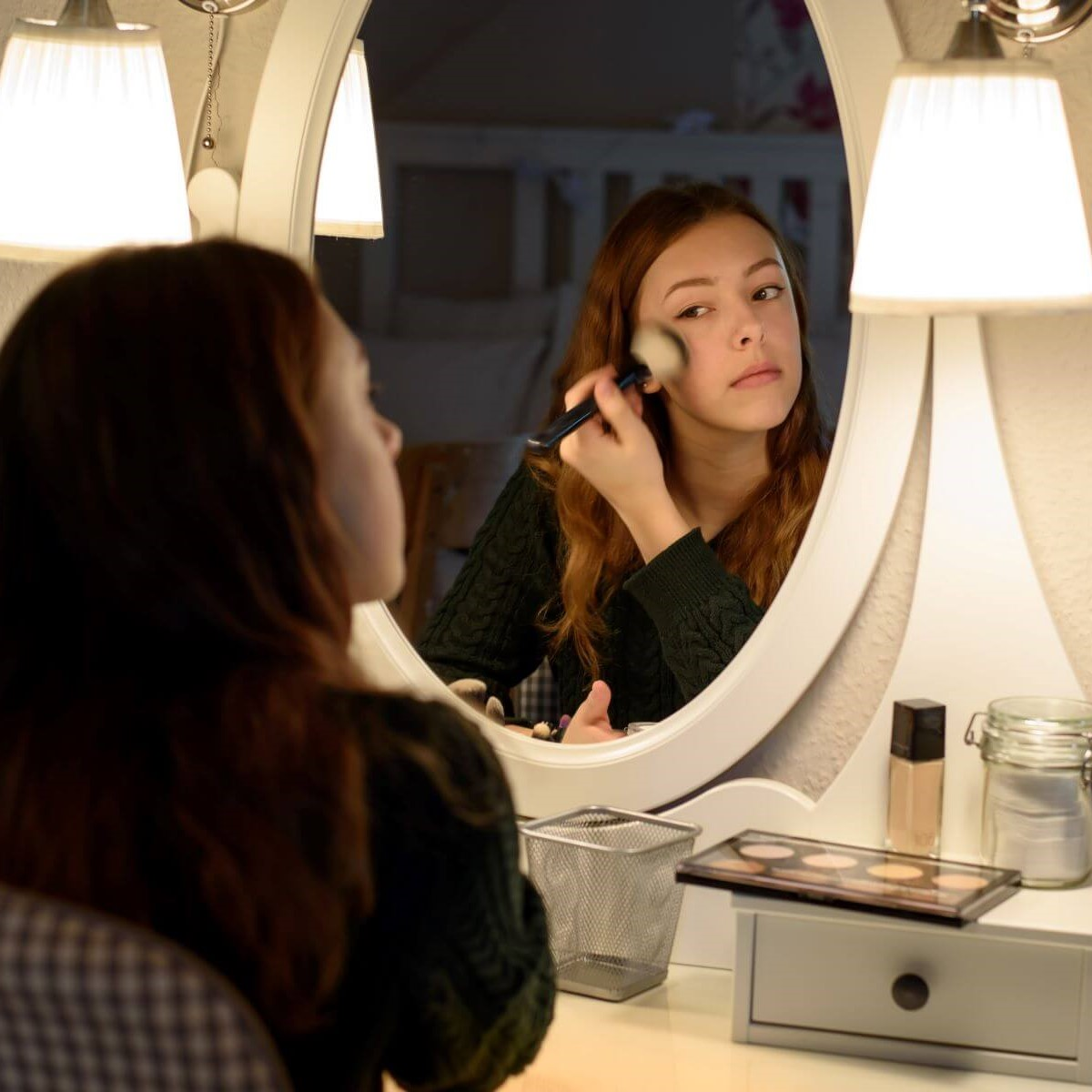 Frau trägt Foundation oder Make-Up auf