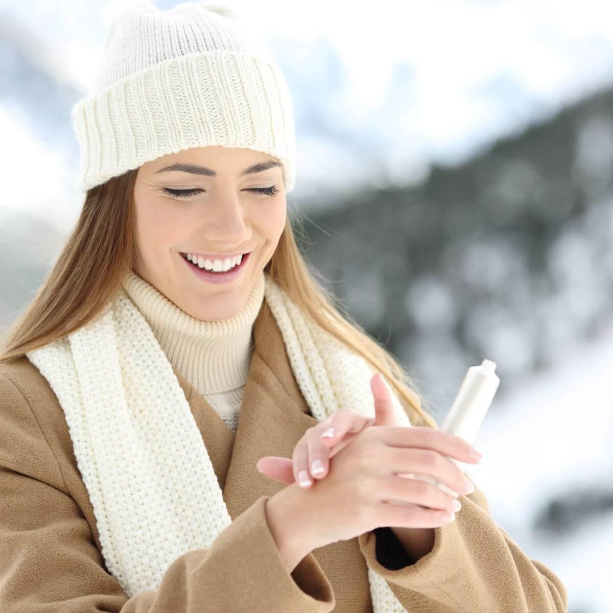 Frau hat trockene Haut im Winter